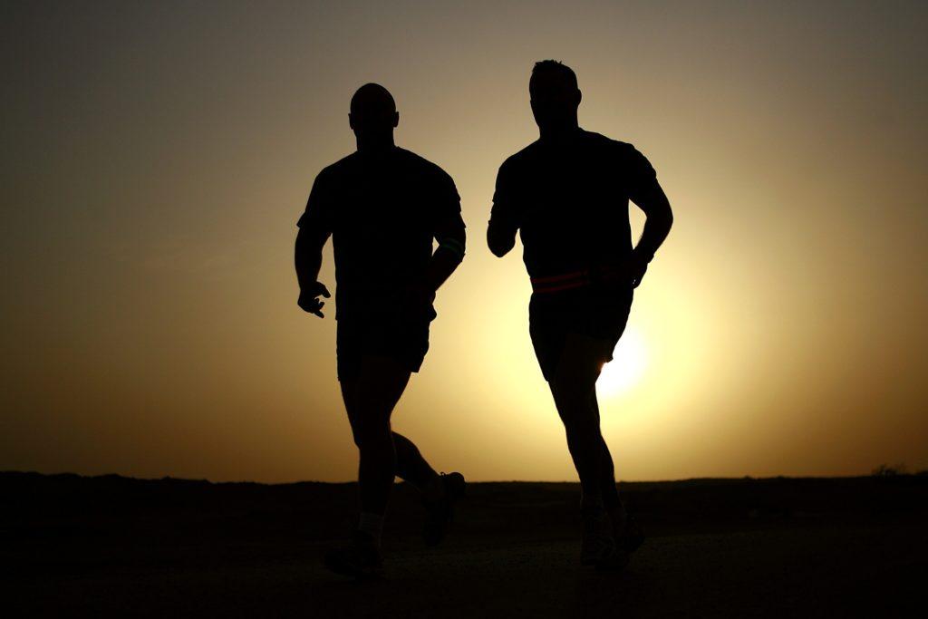 deux hommes font de la course