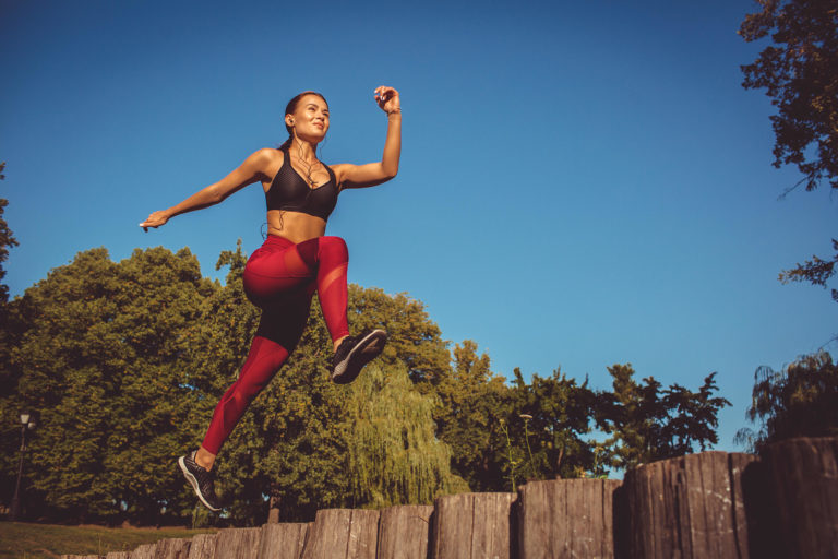 femme sportive saute