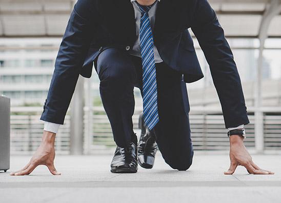 homme en costume prêt pour la course à pied