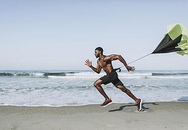 un athlète cours sur la plage