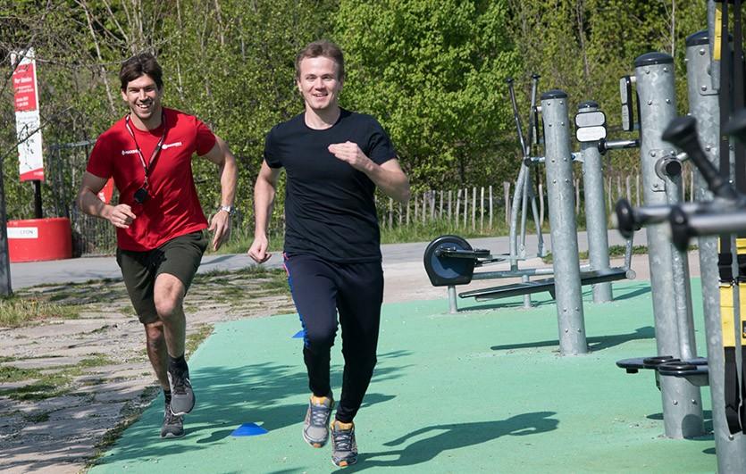 coach sportif courre avec un homme