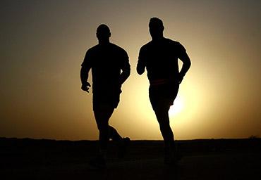 deux hommes courent