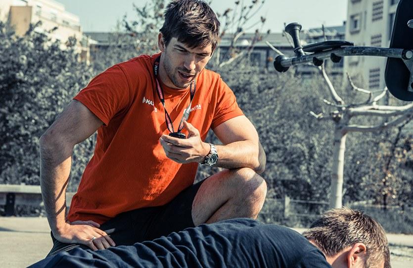 coach sportif regarde son chronomètre