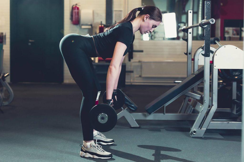 une sportive fais de la musculation